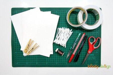 อุปกรณ์ 1.กระดาษแข็งสีขาว 2.คอตตอนบัด 3.ดินสอ/ปากกา และยางลบ 4.กาวสองหน้า 5.กรรไกร 6.ไม้หนีบผ้าแบบไม้