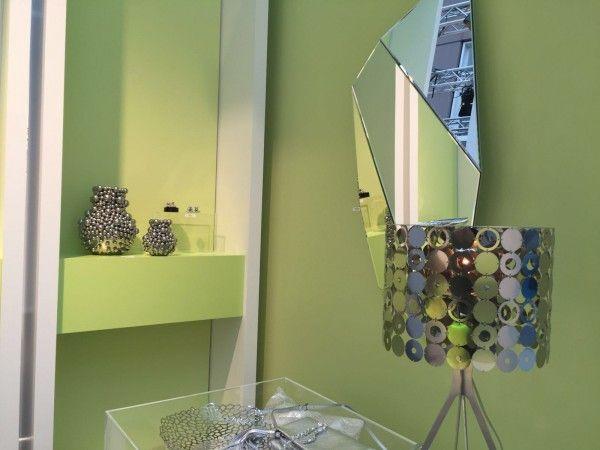 """Futuristic Couture (Costura futurista): Uma mistura entre processos artesanais e tecnológicos, como a impressão 3D. As cores em estilo """"sintético"""" e o design futurista criam produtos com uma estética de """"ficção científica""""."""