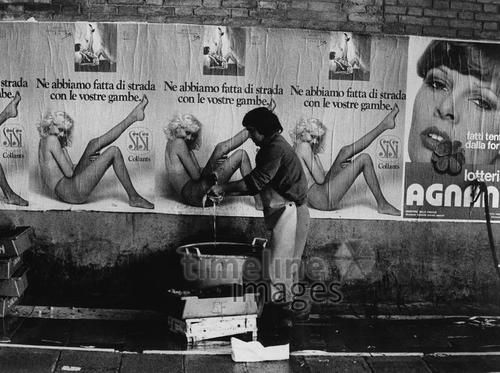 Fischverkäufer in Venedig vickiclemm/Timeline Images #1974 #Händler #Plakate #Verkauf #Skurril #Italien