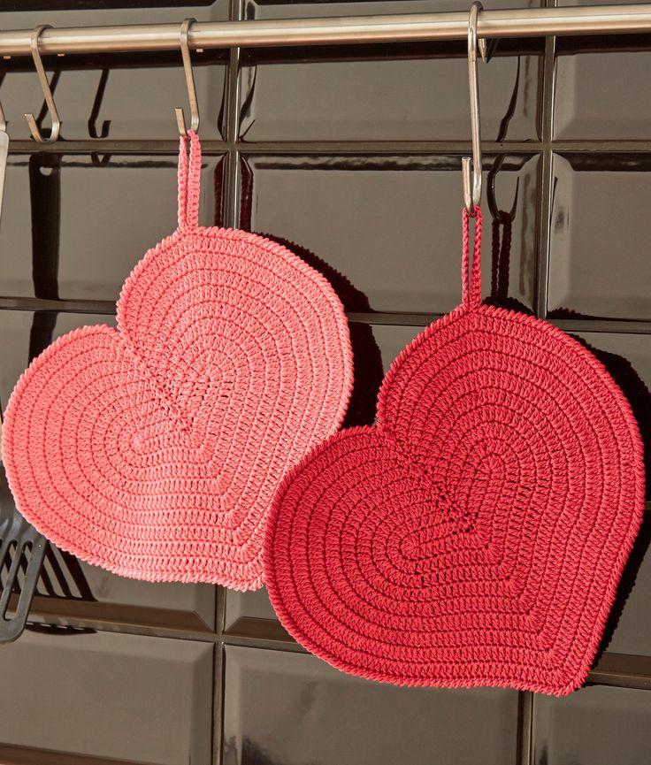 Diese hübschen Topflappen in Herzform aus dem Allroundgarn Catania sind ein echter Hingucker in der Küche und dazu natürlich auch noch praktisch. Gehäkelt wird mit Stäbchen in Runden, zum Abschluss bildet eine Runde Krebsmaschen. Auch Häkeleinsteiger haben bei diesem Projekt in den Herzfarben Pink und Erdbeere bestimmt viel Spaß.