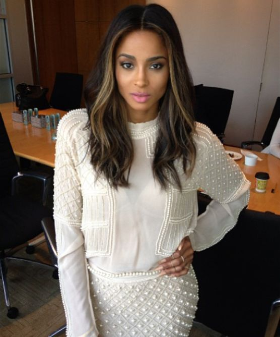 Soft make up and dark hair with blonde highlights really suit Ciara. I love it!