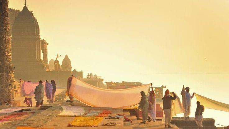 Sur les ghats, les quais en pierre bordant la rivière Narmada