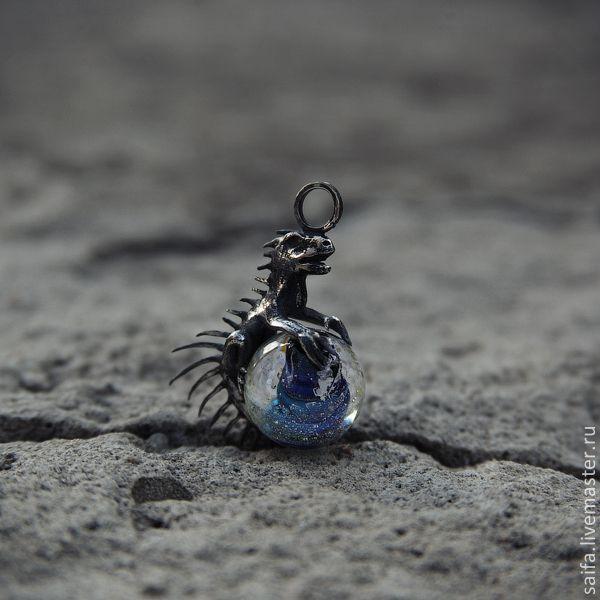 Купить Страж вселенной - серебряный, голубой, черный, вселенная, дракон, драконы, стекло лэмпворк, галактика