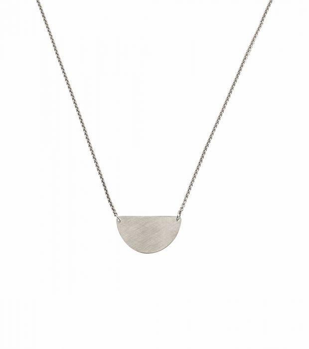Storlek 12x24 mm, halsbandets justerbara längd 52,5-55,5 cm.   Matt och blankpolerat rostfritt stål. Nickelsäkert.