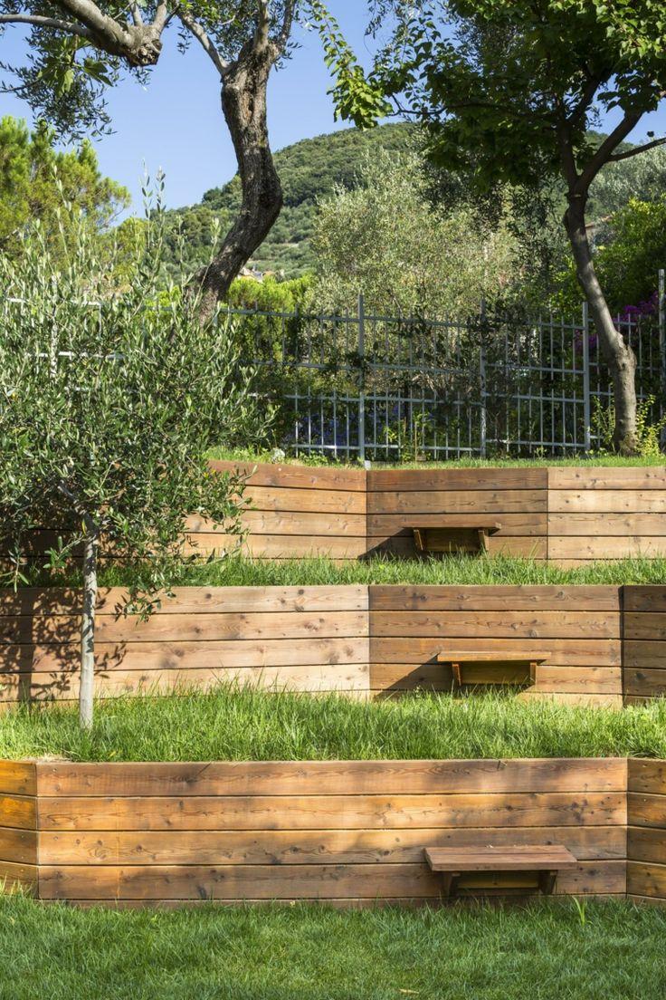 Great garten landschaftsbau holz bretter stuetzwand terrassen baum pflanzen