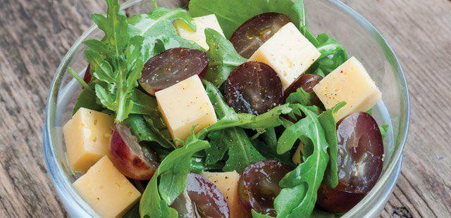 Sałatka z winogronami, rukolą i żółtym serem
