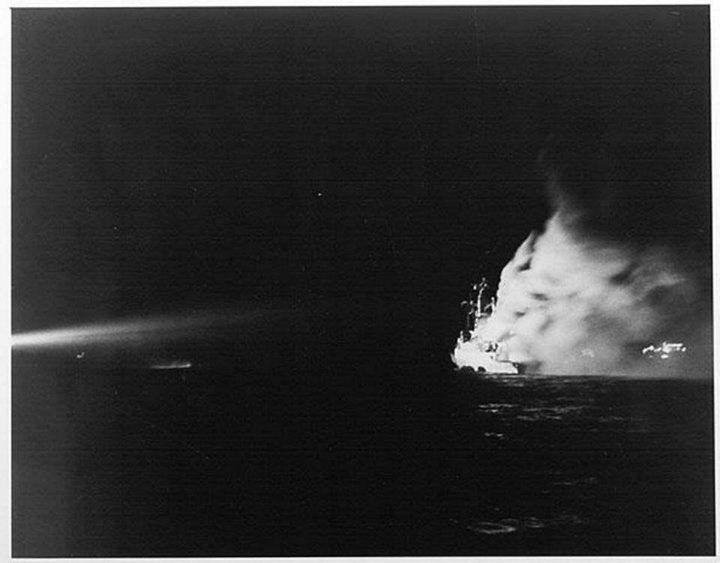 .......esas fotos que miramos y miramos...!! Aca esta una de ellas......ya la bomba explotó en la HMS Antelope...el viento Argentino de Malvinas juega con el fuego y los reflectores de los helicopteros quieren iluminar la noche...pero el destino en el pasaje dice...DIRECTO AL FONDO DEL MAR...!!!