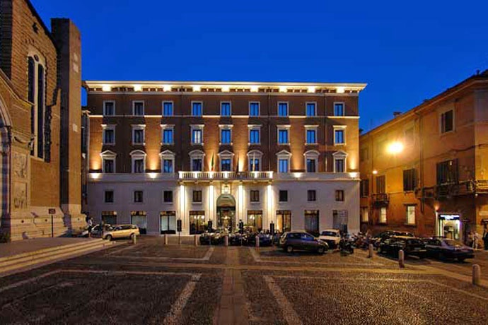 Hotel Due Torri - Verona ... Garda Lake, Lago di Garda, Gardasee, Lake Garda, Lac de Garde, Gardameer, Gardasøen, Jezioro Garda, Gardské Jezero, אגם גארדה, Озеро Гарда ... Hotel Due Torri offers luxury and elegance in the heart of Verona, next to the Church of Saint Anastasia and a 5-minute walk from Juliets balcony. Guest rooms and suites are large and comfortable. They come with free Wi-Fi access and satellite TV. It features an impressive lobby,