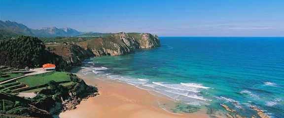 Dividida en dos por una pequeña prominencia, la playa de Vidiago fascina a muchos bañistas. Se caracteriza por un perfil rectilíneo.