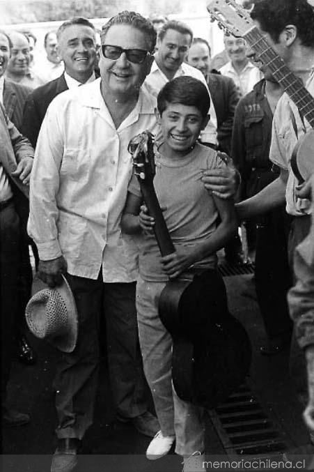 Salvador Allende con un niño, Campaña Presidencial 1970