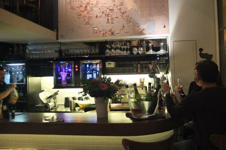 """Kiki de Grece"", ένα wine bar στο πεζόδρομο της Υπίτου, που αγαπά και την Ελληνική μπύρα."