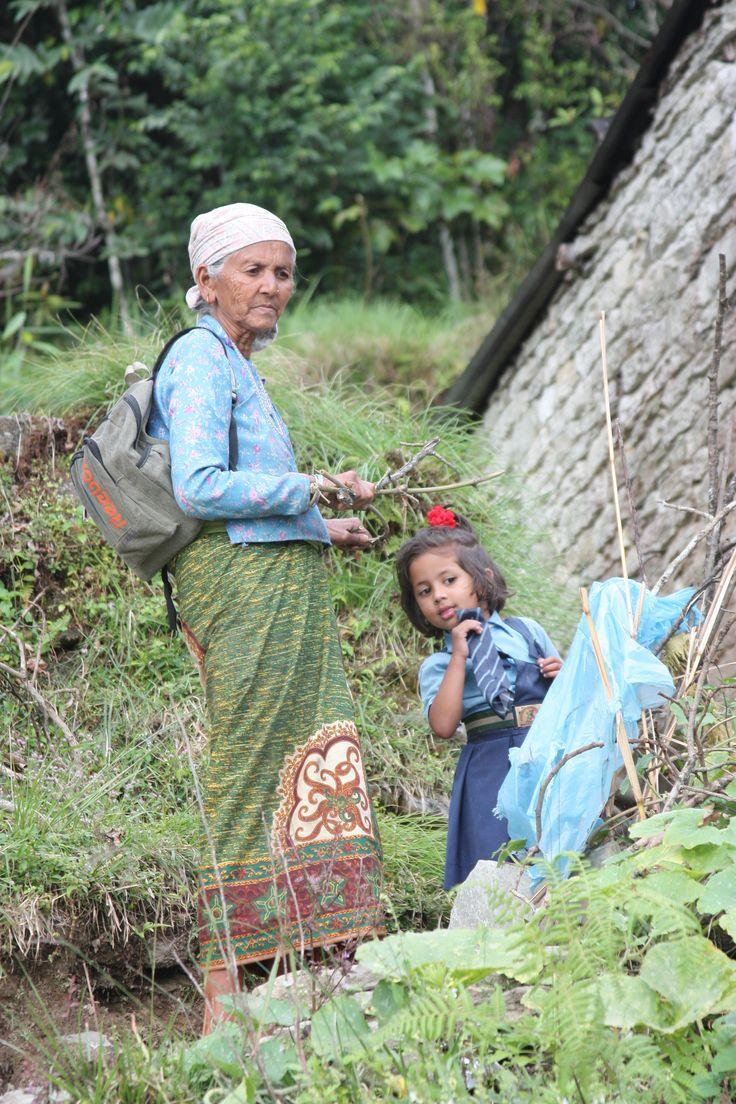 한적한 길을 걷다 천사를 보았다  천사는 학교를 마치고 할머니와 집으로가는 중이었다