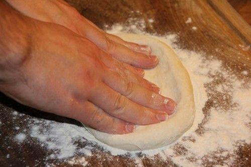 Pizzateig-Rezept: Pizzateig ausbreiten.