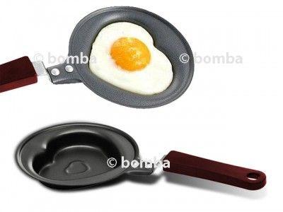 Panvica v tvare srdca - 12 cm je roztomilý darček pre vašu polovičku. Vajíčko urobené na tejto malej srdiečkovej panvici vám bude určite chutiť. Panvica má nelepivú povrchovú úpravu, jej priemer je cca 12 cm. Dodávaná je s pokrievkou. Veľmi milý darček.