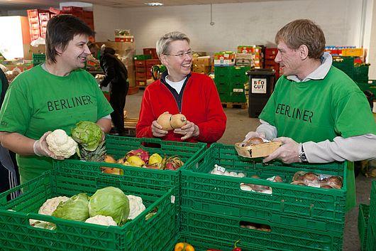 Seit 1993 sammelt die Berliner Tafel e.V. Lebensmittelspenden in ganz Berlin ein und bringt die Lebensmittel zu denen, die diese brauchen.