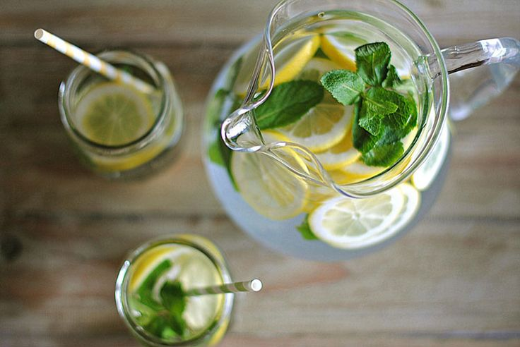 LEMON WATER with FRESH MINT by Kel >>    Combine 2 quarts water; juice of one lemon; 2 lemons, thinly sliced; ice; and few sprigs of mint and and place in fridge for a bit to allow flavors to infuse. Once pitcher is chilled, serve.  #freshmint #lemonwater