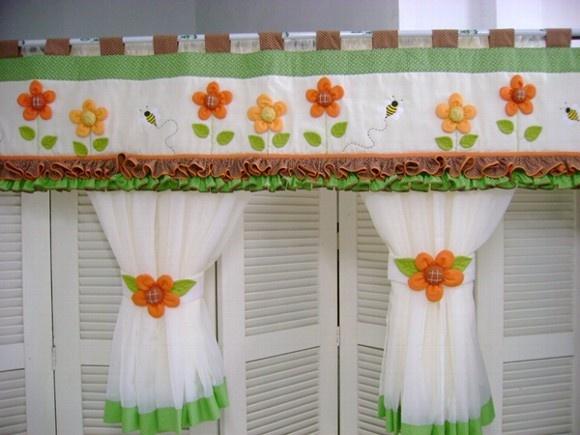 cortina em voal com barra de tecido algodão bandô em algodão com aplicação de flores,folhas e abelhas. R$140,00