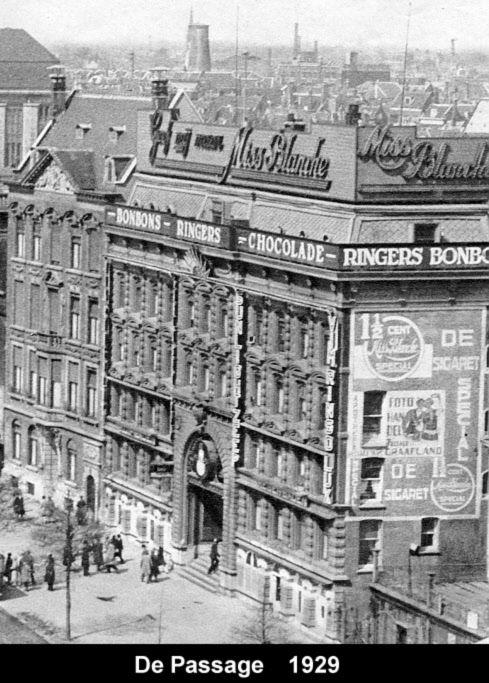 De passage in Rotterdam 1929. De Passage in Rotterdam was tot 1940 een overdekte winkelgalerij tussen de Coolvest en de Korte Hoogstraat. De Passage werd in 1879 in gebruik genomen. Bij de opening in 1879 bestond de Passage uit twee niveaus.