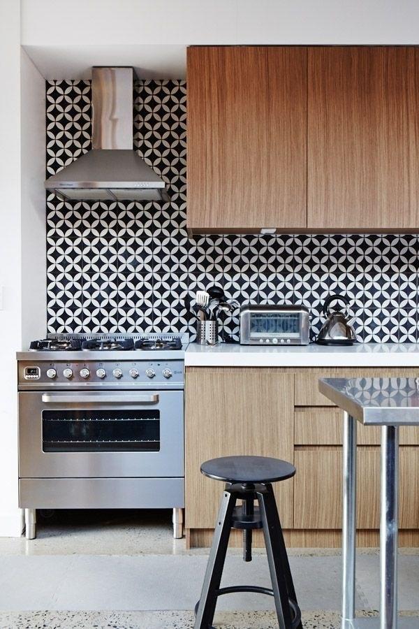Mobiliario de cocina en roble y en cimera blanca, combinación acertada con el frontal geométrico en b