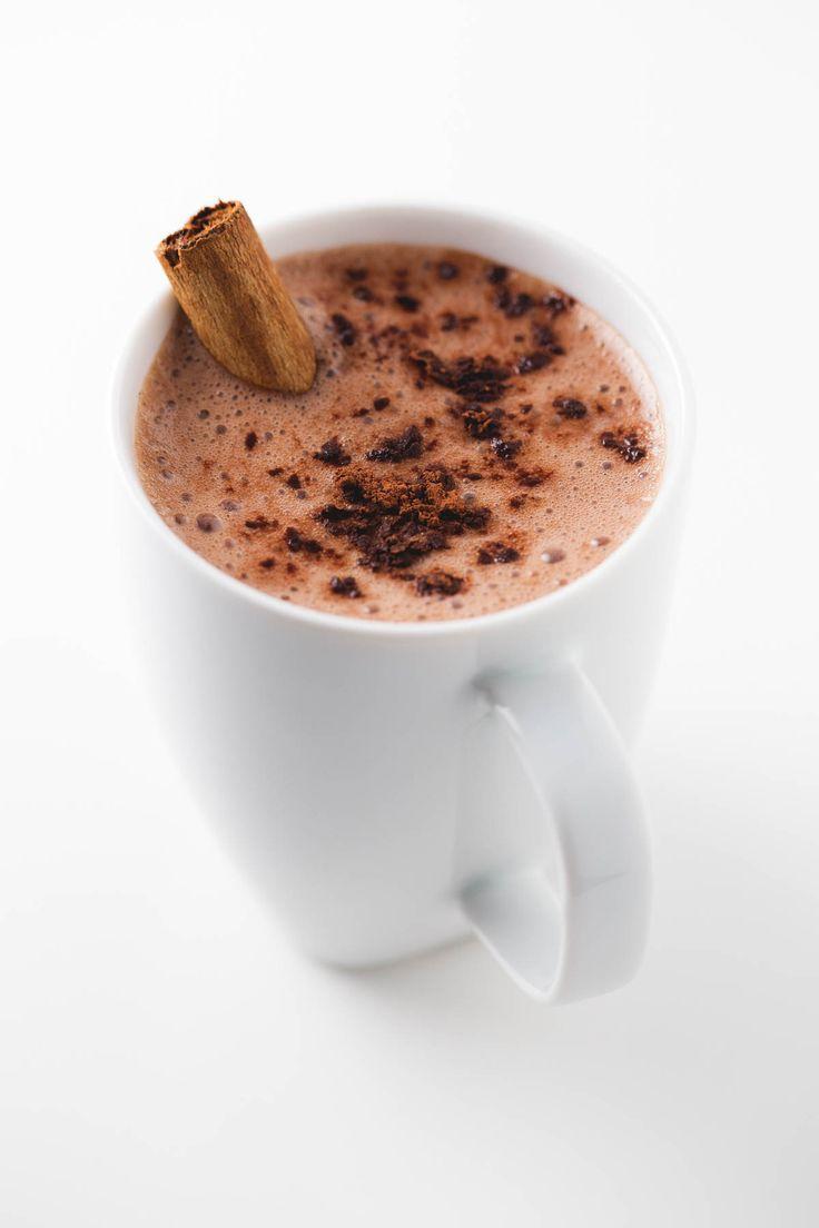 Chocolate caliente vegano - Con el frío nos apetecen bebidas calentitas y reconfortantes. Este chocolate caliente vegano está hecho con 4 ingredientes, es delicioso y muy saludable.