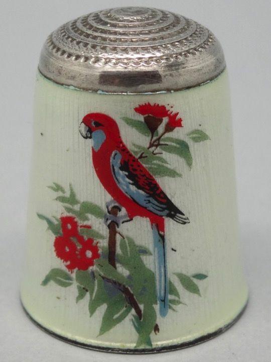 Crimson Rosella-Perico elegante o Rosella Roja. James Swann & Son. Australian birds-Pajaros australianos. Inglaterra. Thimble-Dedal-Fingerhut.
