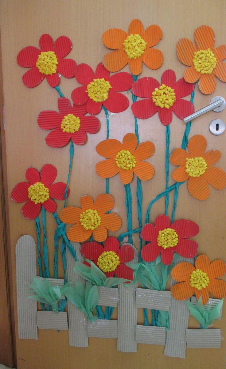 Kukkia luokan ovessa :)