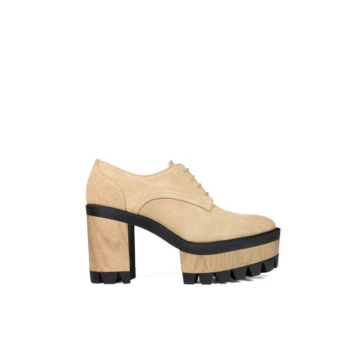 Zapato realizado en ante con cierre de cordones. Plataforma y tacón de madera con suela de goma para mayor comodidad.
