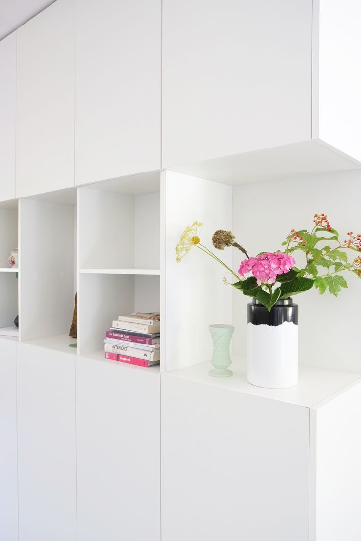 De wit/zwart gekleurde vaas met roze bloemen is echt een eyecatcher.