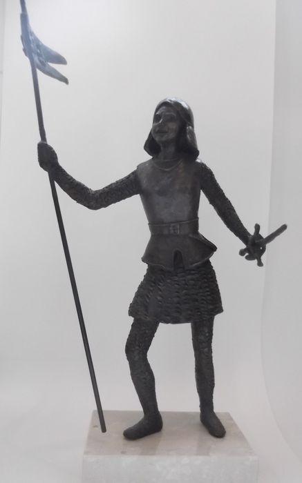 Online veilinghuis Catawiki: Groot bronzen beeld van Jeanne d'Arc op marmeren voetstuk, 20e eeuw,