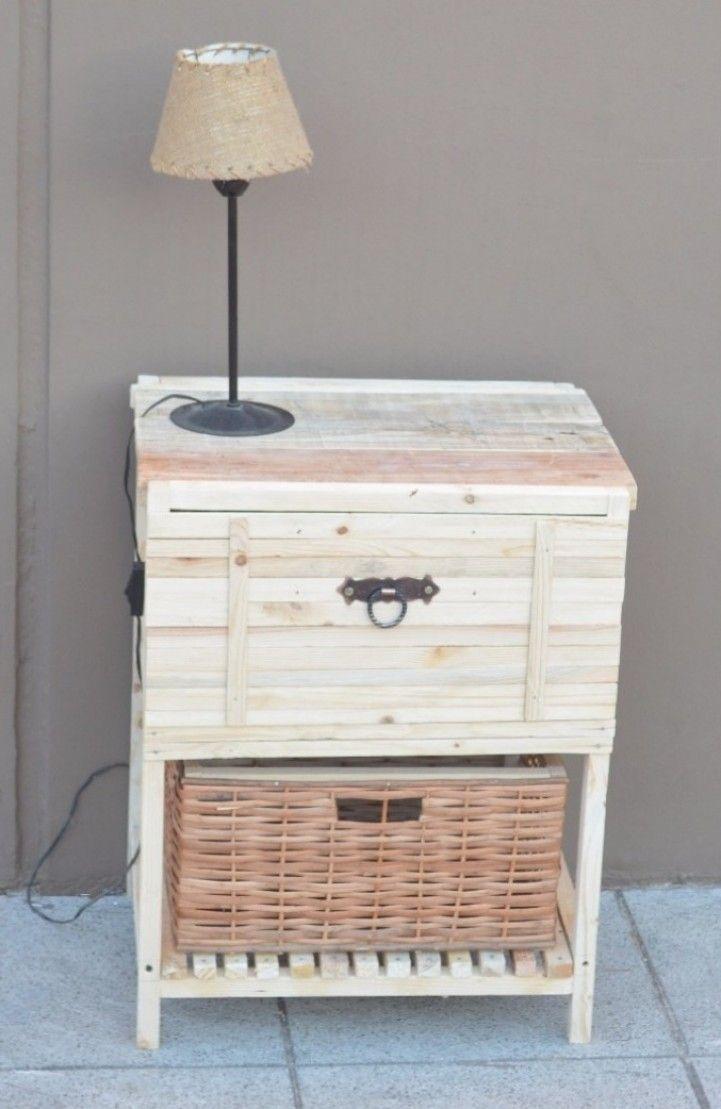 MESA DE LUZ MOD. LEIPZIG Realizada con Pallets Posee un cajón con correderas telescópicas y viene con otro cajón de mimbre desmontable Medidas: 60 x 50 x 40 cm