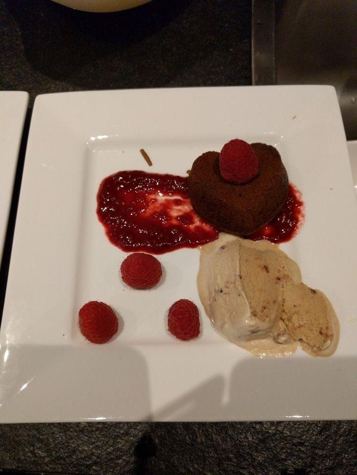 Lava cakeje met framboos, rode vruchtensaus en kaneelijs