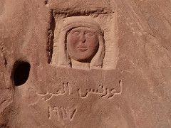 Un reliev de Lawrence de arabia en wadi rum el ingles quien enamoro de del desierto de Jordania en wadi rum, Wadi Rum tour de safari desde el puerto de Aqaba, wadi rum tours y excursiones #excursiones_del_puerto_de_Aqaba #tours_en_Jordania #Aqaba_tours #visitas_excursiones_tours_de_aqaba_puerto #excursiones_de_aqaba_puerto #tours_desde_aqaba_puerto_para_cruceros #aqaba_tours http://www.maestroegypttours.com/sp/Excursiones-en-Tierra/Excursiones-del-puerto-de-Aqaba