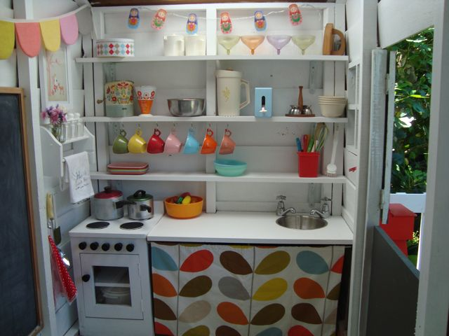 A whole playhouse with its own kitchen and gorgeous felt bunting.. love! A mousehouse playhouse