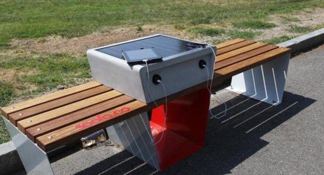 Des bancs chargeurs de téléphones portables sont installés dans la ville de Boston.