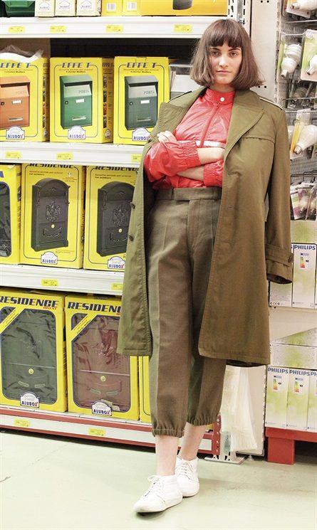 Blazer, giacche di pelle e cappotti. I look autunnali vedono come protagonisti i capispalla, da indossare con bluse, t-shirt sportive e gonne in chiffon. La