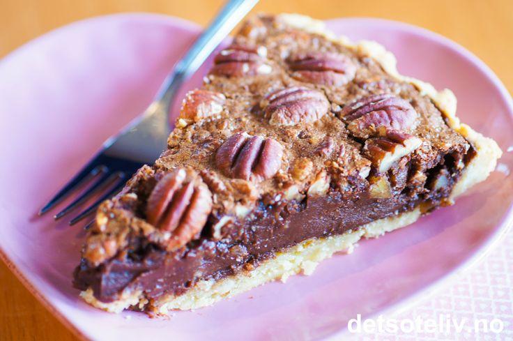 """En fantastisk deilig sjokoladevariant av den amerikanske superklassikeren """"Pecan Pie"""" (se tidligere registrert oppskrift her på detsoteliv.no)."""