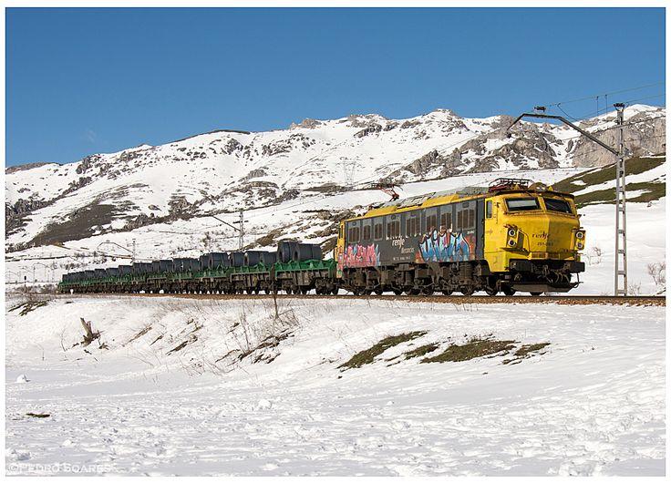 https://flic.kr/p/KL5GXE | Golpejar  20-02-16 | Locomotiva Eléctrica nº251-016, com um comboio bobineiro a descer Pajares.