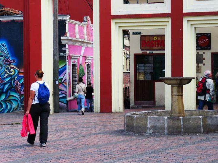 1. Los visitantes cruzan caminando por la plaza del Chorro de Quevedo donde se siente una energía teatral.