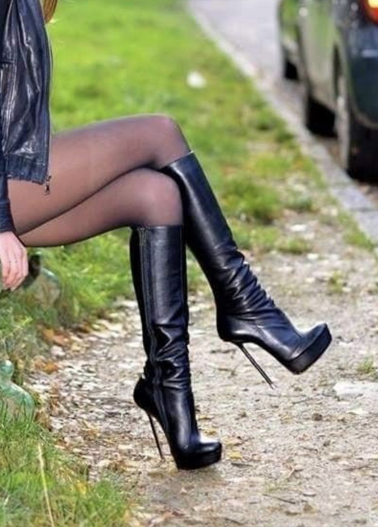 Transvestiten / Crossdresser müssen Kleidung aus Latex / Lack für … –   #