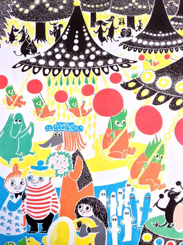 Där satt en glad hemul med sina gäster och tände på ett stort fyrverkeri. Varenda en bar blommor i sin svans och inne under träden var det dans och fyra karuseller åkte runt med spel och sång där satt de tretton homsorna med varsin röd ballong hemulen åt en stor blini med hallonsylt och smör men ingen såg att knyttet kom och stod där utanför.