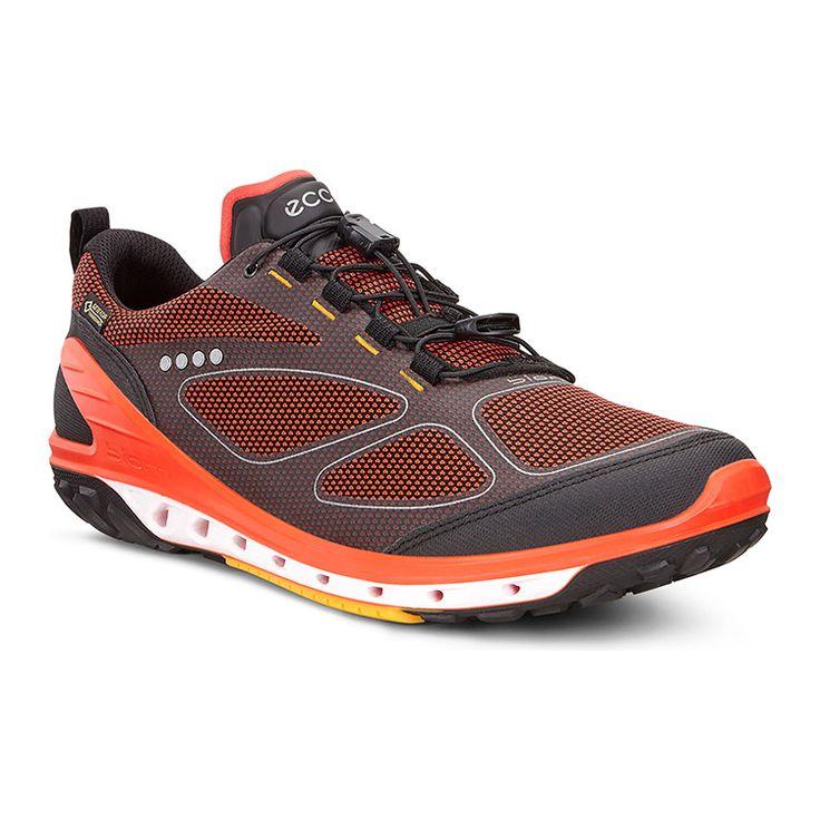 Яркие кроссовки выполнены из прочных современных материалов. Благодаря мягкому верху и небольшому весу модель комфортна при занятиях спортом или долгих прогулках. Водонепроницаемая мембрана GORE-TEX гарантирует защиту от влаги и не препятствует воздухообмену. Удобная шнуровка, актуальный спортивный дизайн, яркий цвет оптимально сочетаются со спортивной одеждой.