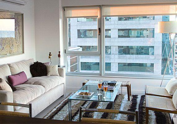 Para los diseñadores de interiores, un espacio pequeño es siempre una apuesta mayor. Así lo entiende Renata Bonfanti, responsable de la ambientación total de este depto de 60 m2. El living se ubica junto al amplio ventanal que ayuda a agrandar visualmente el espacio. Allí, sobre una alfombra rayada (Tactus), se acomoda una mesa baja de 1,40 m de largo, con vidrio float incoloro de 10 mm y patas cromadas ($ 4.350, Renata Bonfanti). Un sofá de 2,40 x 0,90 m con patas de madera y tapizado en…