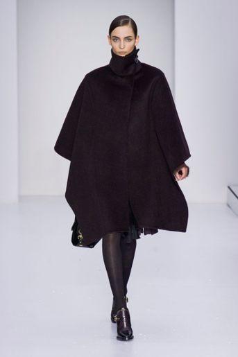 Capes Een cape/poncho is zowel fashionable als handig (lekker warm!). En het mooie is: dit najaar zijn alle varianten toegestaan. Neutraal in beige of klassiek in zwart of met een print (denk aan de Burberry poncho). Mocht je voor de laatste variant gaan, houd dan de rest van de outfit rustig.