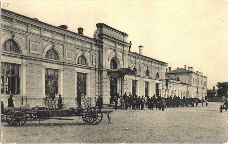 166,Front_budynku_dworca_kolejowego_pod_koniec_XIX_w.jpg (800×507)