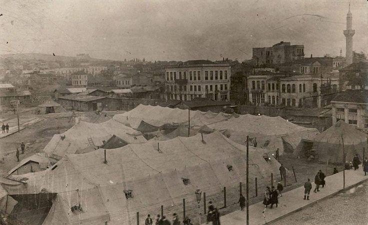 Kadıköy'de İstanbul'umuzu geçici süre işgal edenlerin meydana kurdukları çadırlar... 1920'ler.