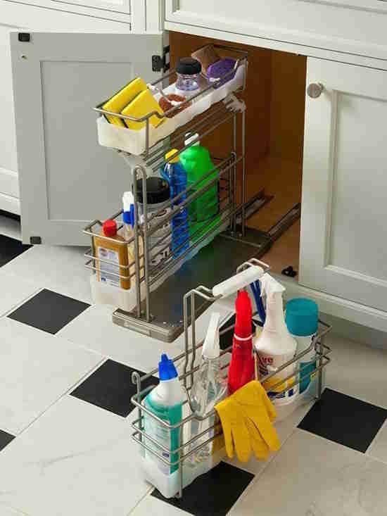 Essayez d'installer un panier pour vos produits d'entretien.