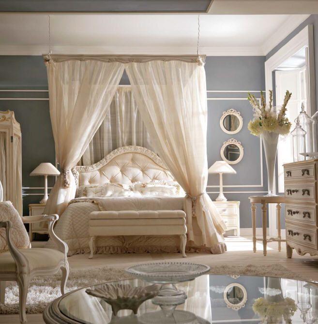 Новый взгляд на вечную классику предложили дизайнеры Savio Firmino, дополнив балдахином эту изысканную кровать, изголовье которой обрамлено затейливой, выполненной вручную, резьбой.