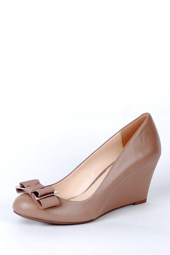 Chaussures Jessica Simpson en cuir véritable ornés d'une boucle coquette aux accents argentés.   Le talon compensé, les coussinets conforts à la plante de pied et au talon en font une chaussure parfaite pour le travail!