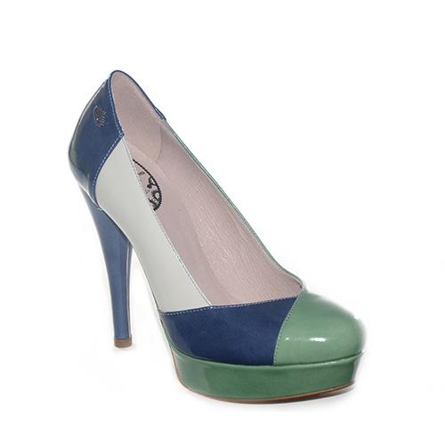 Decoltè in vernice multicolor nelle tonalità del blu,dell'avorio e del verde.