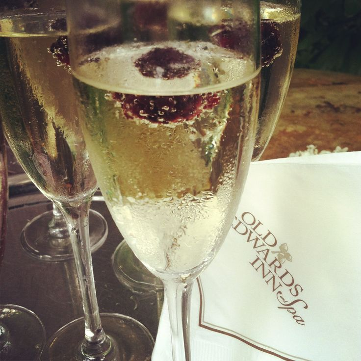Blackberry champagne cocktail! #oeilife #oeiweddings # ...